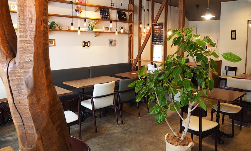 ナチュラルなインテリアのカフェ