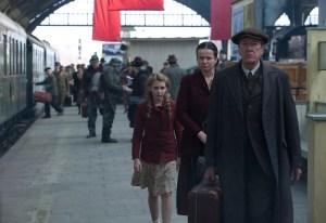 Liesel med sine plejeforældre spillet af Emily Watson og Geoffrey Rush. Foto: Twentieth Century Fox, 2014.