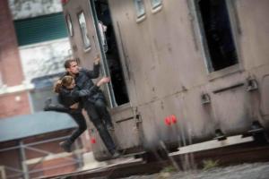 En af Divergents adskillige action-sekvenser - Tris' flirt Four redder i sidste sekund Tris ombord på et af byens højhastighedstoge. PR-foto.