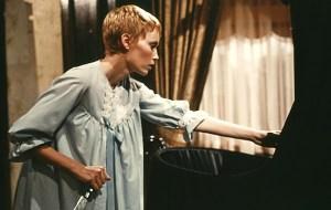Rosemary (Mia Farrow) ved den sorte vugge i filmens klimaktiske slutning.