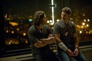 Fader Mendoza (Ramirez) prøver at få den hårdkogte betjent Sarchie (Bana) til at åbne op.