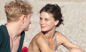 Isabelle med sin tyske flirt, Felix (Lucas Prisor), til hvem hun på skuffende vis mister sin mødom. Foto: Scanbox.