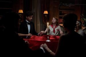 Der tales med de døde i Magic in the Moonlight. Foto: Scanbox.