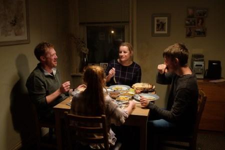 Sjældent er familien Turner samlet omkring spisebordet, men når det lykkes dem skinner familiens hjertevarme kærlighed til hinanden tydeligt igennem. (Foto: Scanbox)