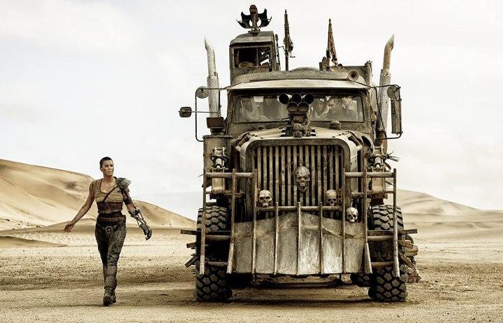 Imperator Furiosa (Charlize Theron) og Max Rockatansky (Tom Hardy) er hovedpersoner i denne sindssyge, episke actionfilm med feministiske overtoner. (Foto: Jasin Boland, Warner Bros.)