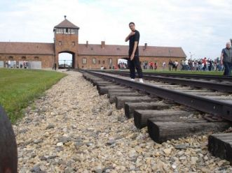 Quenelle-hälsning framför ingången till förintelselägret Auschwitz