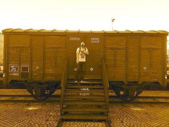 Quenelle hälsning framför de godsvagnar judar transporterades i på väg mot förintelselägren.