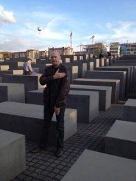 Quenelle hälsning framför förintelsemonumentet i Berlin