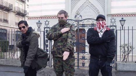 Quenelle hälsning framför synagogan i Genève