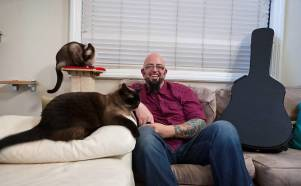 omul care imblanzeste pisicile