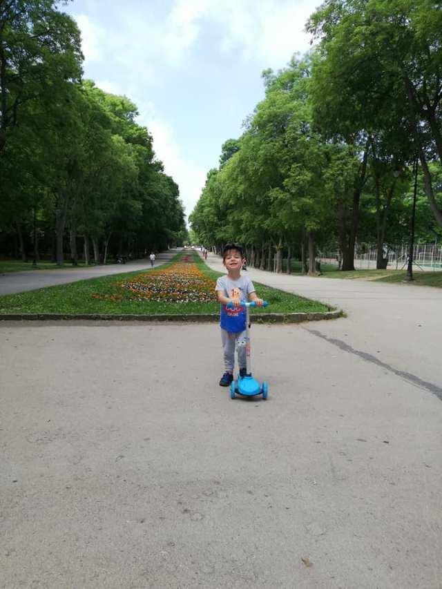 in parc cu trotineta