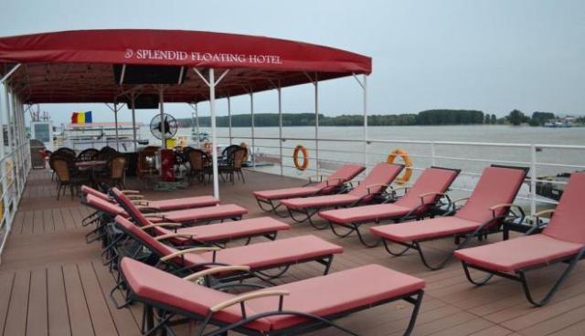 loc de plaja pe hotel plutitor