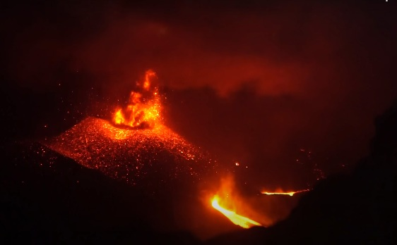The eruption of the Indonesian volcano Raung