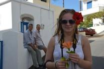 Hilda fick blommor och granatäpple av farbröderna. Hur jag gillar grekerna!