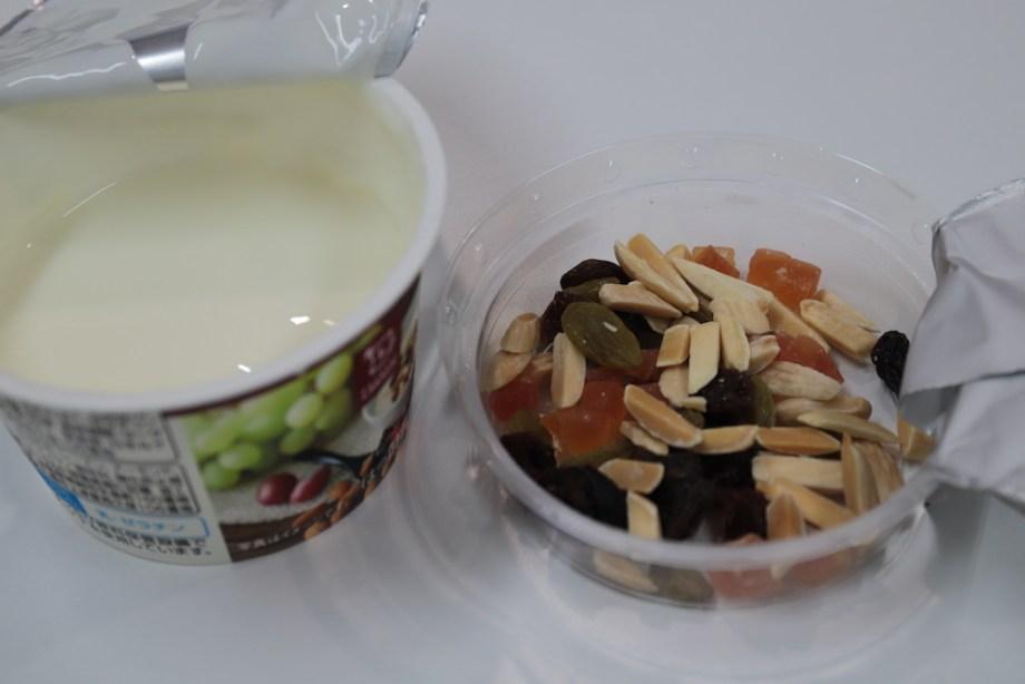 果実とナッツのヨーグルト