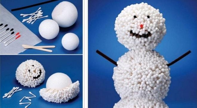 Muñeco de nieve hecho de palitos de algodón.