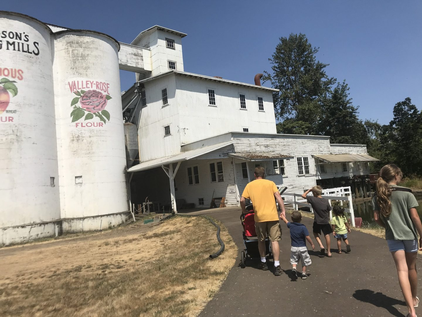 Dad and 6 kids walk to Thompson's Mill state heritage site for a free tour