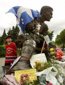 Devant la statue de Maurice Richard, mai 2000