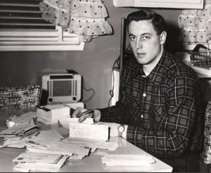 Jean Béliveau, au début des années 1950, répondant à son courrier