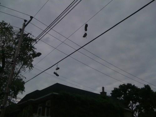 Deux paires de chaussures suspendues, Montréal, 5 juin 2010