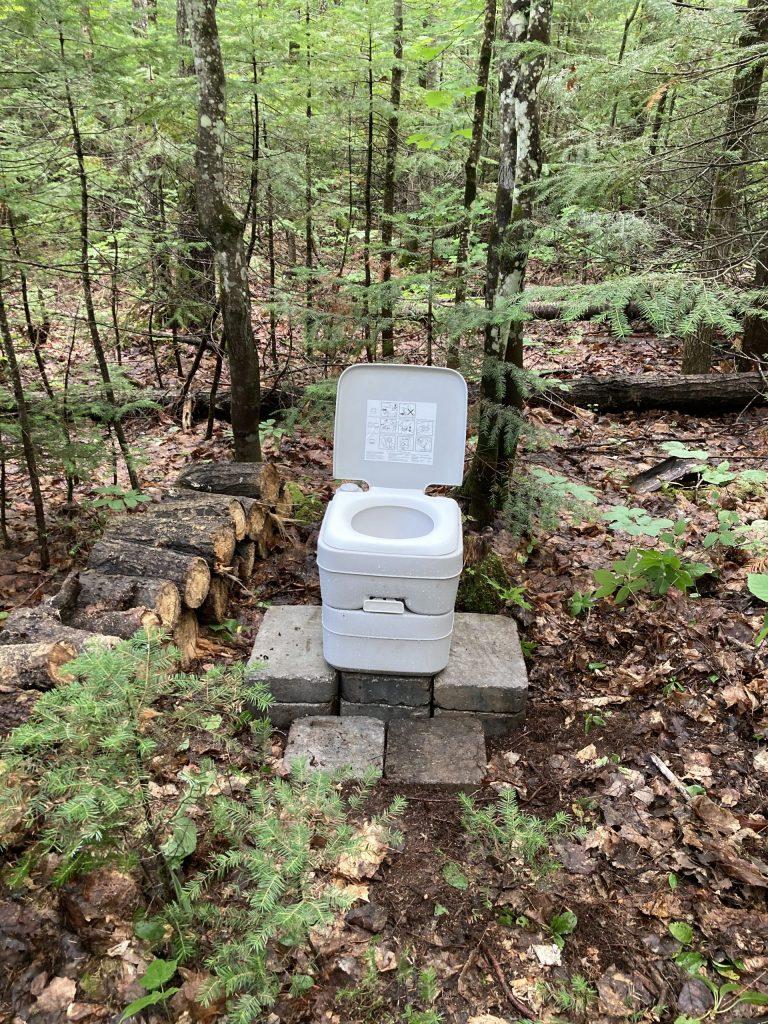 Toilette extérieure sur socle
