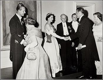 La reine Élisabeth II, le prince Philip, le gouverneur général Vincent Massey, Lucille et Maurice Richard, 1959, Rideau Hall, Ottawa