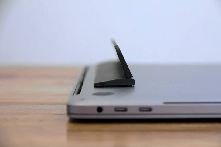 MacBook用フリップスタンドをMacに装着している写真