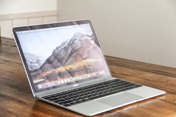 MacBook12インチの蓋を開いた状態の写真