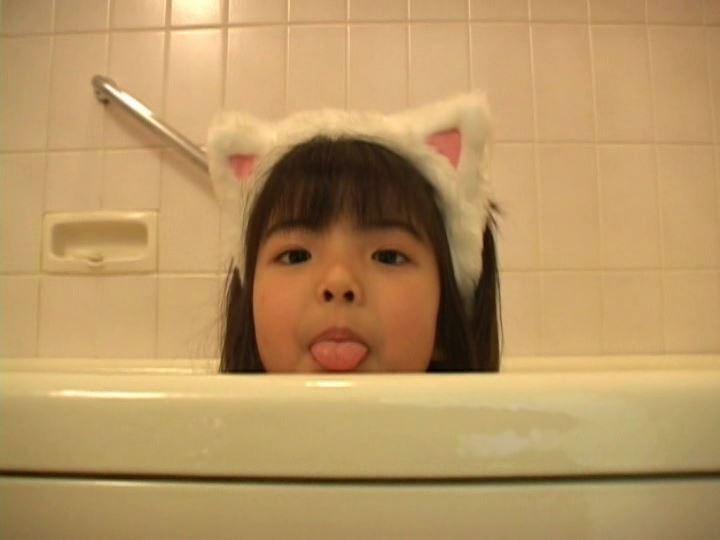 ジュニアアイドルMemoraの猫耳シーンは激萌え必至?股割りの柔軟性も披露!!