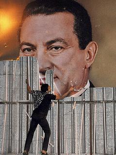 Demonstrant reißt ein Bild von Präsident Hosni Mubarak von einer Plakatwand in Alexandria