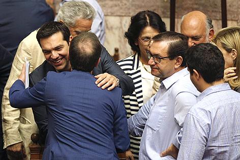 Griechischer Premier Tsipras wird umarmt