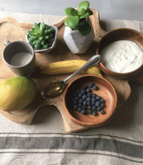 Mango smoothie met blauwe bessen, Smoothie mango blauwe bes, Smoothie met mango en blauwe bessen, Smoothie mango banaan blauwe bessen, Mango blauwe bessen smoothie, Mango blauwe bes smoothie, Smoothie van mango bosbessen en banaan, Mango bosvruchten smoothie, Smoothie bessen mango, Mango smoothie yoghurt, Mangosmoothie, Banaan mango smoothie, Mango smoothie met melk, Mango smoothie gezond, Organic Happiness, Biologisch, Biologische Foodblog