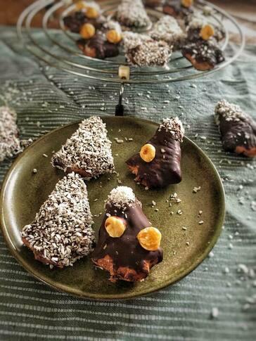 Chocolade kerstkoekjes, Kerst koekjes chocolade, Chocolade kerstkoekjes bakken, Chocolade kerstkoekjes recept, Kerst koekjes met chocolade, Kerstkoekjes, Kerstkoekjes recept, Kerstkoekjes maken, Kerstkoekjes versieren, Kerstkoekjes bakken en versieren, Kerstkoekjes recept eenvoudig, Kerstkoekjes maken recept, Kokoskoekjes met chocolade, Koekjes kokosrasp, biologisch, biologische foodblog, gezond, gezond kerstrecept, gezonde kerstkoekjes, organic happiness