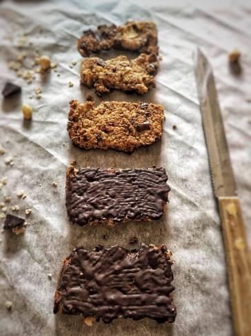 Chocolade mueslirepen, Chocolade mueslirepen maken, Zelf chocolade mueslirepen maken, Mueslireep met fruit en chocolade, Mueslirepen met chocolade, Mueslirepen met chocola, Home made mueslirepen met chocola, Zelfgemaakte mueslirepen met chocolade, Mueslirepen maken met honing, Hoe maak je mueslirepen, Havemout repen met chocolade, Mueslirepen maken, Mueslirepen met appel, Gezonde mueslirepen maken met appel, Appel-havermout repen, organic happiness, biologisch, biologische foodblog, gezond recept