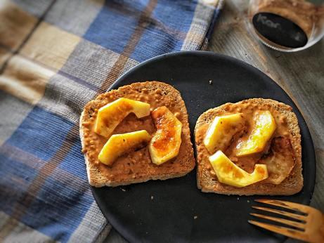 appel toast met pindakaas, toast met pindakaas, toast met appel en pindakaas, geroosterd brood met appel, toast met gegrilde appel, warme toast recepten, warm ontbijt, warm ontbijten, pindakaas, gegrilde appel, biologische foodblog, organic happiness, biologisch