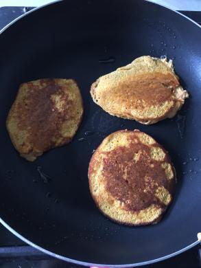 Zoete aardappel pannenkoeken, Zoete aardappel pannenkoekjes, Zoete aardappel pannenkoek, Zoete aardappelpannenkoeken, Zoete aardappel pancakes, Zoete aardappel pannenkoek koolhydraatarme, Zoete aardappel pannenkoek zonder meel, Zoete pannenkoeken, Zoete aardappel recept, Wat kun je maken met zoete aardappel, Zoete aardappel gezond, organic happiness, biologisch, biologische foodblog