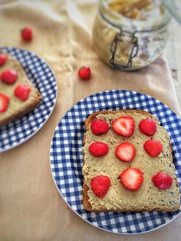 Toast met aardbeien, Gebakken toast met aardbeien, Recept voor toast met aardbeien, Toast met cashewpasta en aardbeien, Toast maken, Toast recept, Geroosterd brood met aardbeien, Geroosterd brood met aardbeien en cashewpasta, Geroosterd brood met cashewpasta, Geroosterd brood met cashewpasta en aardbeien, Geroosterd brood ideeën, Geroosterd brood gezond, Geroosterd brood met, Geroosterd brood beleg, Organic Happiness, Biologisch, Biologische Foodblog