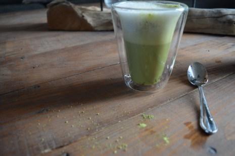 Vegan matcha latte, Matcha latte, Matcha gezond, Matcha latte maken, Matcha latte gezond, Matcha green latte, Hoe maak je een lekkere matcha latte?, Het recept voor een heerlijke matcha latte, Zo maak je de lekkerste matcha latte, Hoe maak ik stap voor stap de beste matcha latte, Matcha latte melkopschuimer, Matcha latten maken met amandelmelk, Matcha latte amandelmelk, Organic Happiness, biologische foodblog, biologisch