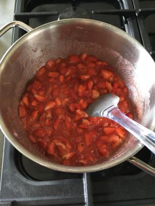 Aardbeienjam, Aardbeienjam zonder suiker maken, Aardbeienjam maken, Aardbeienjam recept, Aardbeienjam ingredienten, Aardbeienjam zelf maken, Zelf aardbeienjam maken, Zelf de lekkerste aardbeienjam maken, Homemade aardbeienjam, Aardbeienjam gezond, Vegan aardbeienjam, Vegan jam maken, Organic Happiness, Biologisch, Biologische Foodblog