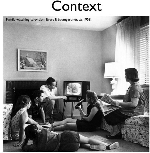 거실에서 텔레비전을 시청하는 가족의 모습. 미디어를 둘러싼 컨텍스트가 단순할 때에는 비즈니스도 간단했다.