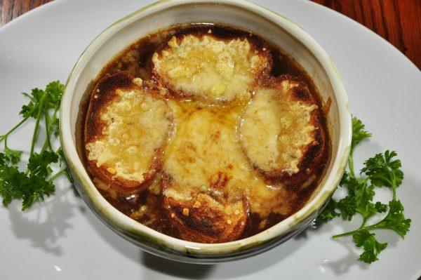 Receta de la tradicional sopa de cebollas francesa