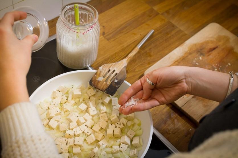 Tofu und Zwiebeln braten