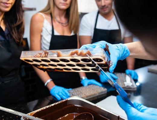 Démonstration de la réalisation de coques en chocolats du chef lors d'un atelier collectif.