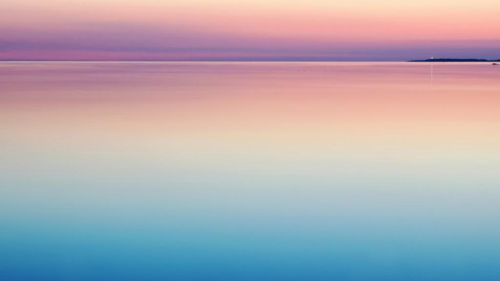 静かな湖面のイメージ