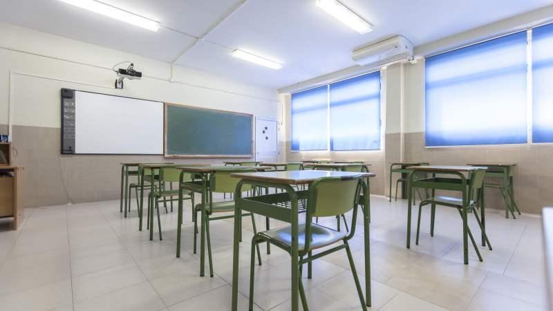 Empty classroom © ColegiaEntrenaranjos | Wikimedia Commons