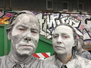 Bild: das graue Paar nach der Einlehmung