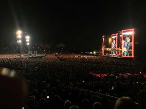Die Rolling Stones in Hamburg: Endlose Weiten vor der Bühne.
