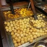 """Fishballs are the quintessential street food snack in Hong Kong, """"Asia's World City"""" (photo: Wing11803 @ Wikimedia Commons, CC-BY-SA 4.0)"""