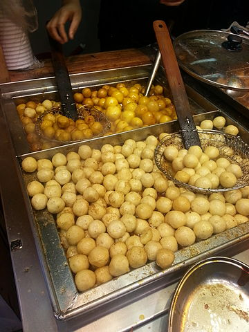 Fishballs are the quintessential street food snack in Hong Kong (photo: Wing11803 @ Wikimedia Commons, CC-BY-SA 4.0)