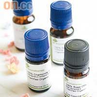 香薰精華油是由高香度的花瓣、枝葉等提煉而成。